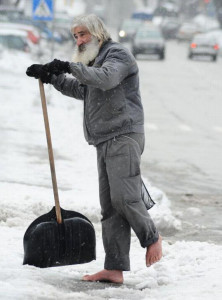 Постойте минуту босиком на снегу
